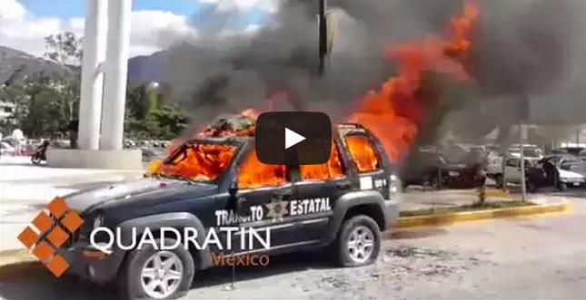 Profesores y estudiantes mexicanos queman patrulla