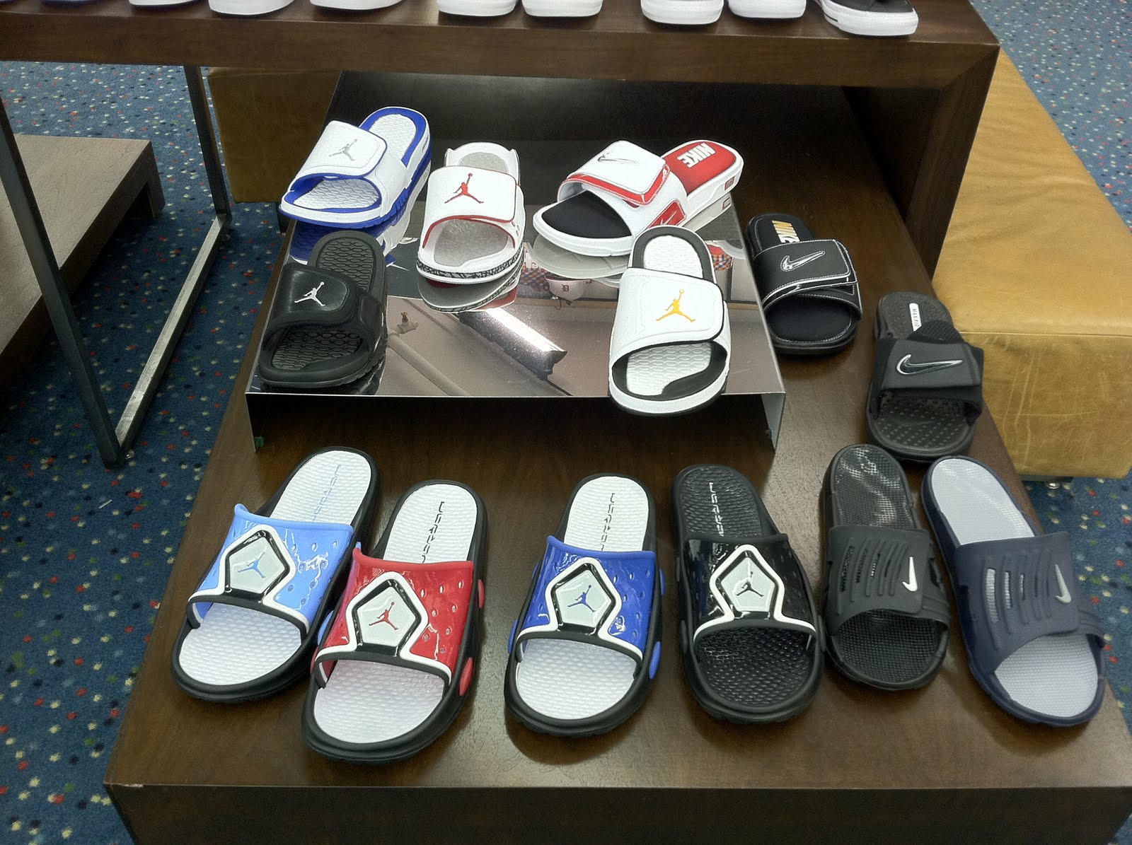 http://3.bp.blogspot.com/-EWFa05NT2oA/Te6S0Xx1w2I/AAAAAAAAAY0/l_vefeeksmw/s1600/Nike%2BFLip%2BFlops.JPG