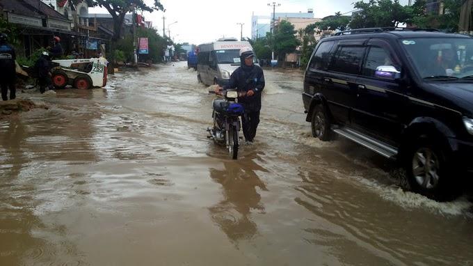 Gia Lai: Mưa lũ gây ngập cầu sông Ba, quốc lộ 19 bị chia cắt hoàn toàn