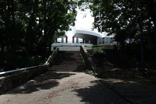 ムーアの広場からの現代美術館