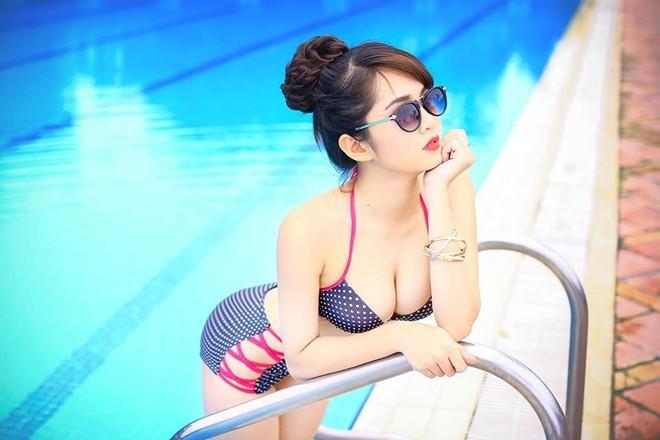 Ảnh Nữ Sinh đại học nóng bỏng bên hồ bơi