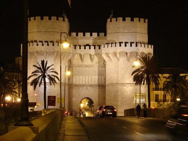 Las Torres de Serranos de noche en Valencia
