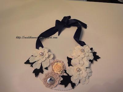 Inci boncuklarla detaylandırılan keçe çiçekler dantel motif ve