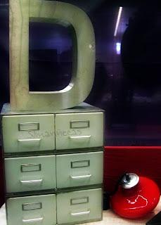 Letra y archivador de metal con lámpara estilo vintage en la feria de desembalaje 2013 en el BEC-