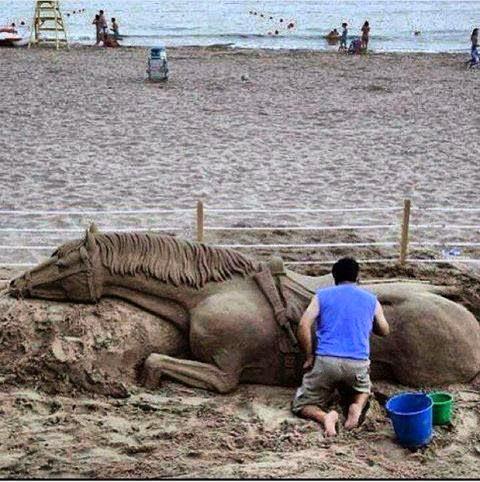 escultura de caballo en la arena
