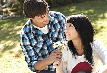 لهذه الأسباب يمتنع الرجال عن التعبير عن مشاعرهم للمرأة - رجل يقدم وردة ورد ورود زهور لحبيبته