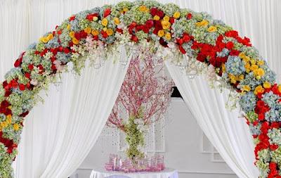 trang trí tiệc cưới với cổng ngập tràn hoa
