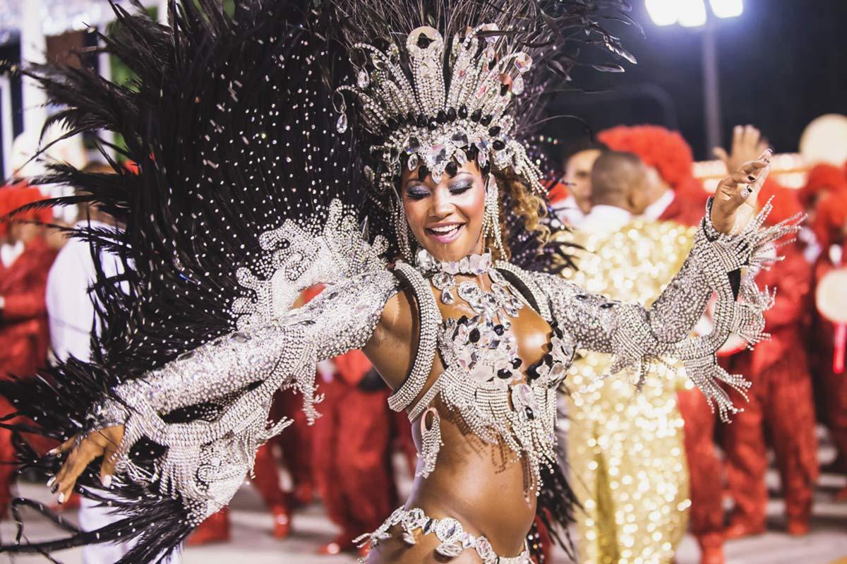 Три мулатки на карнавале 9 фотография