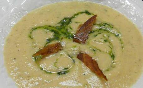 1 bord bloemkoolsoep met gebakken spek en peterselie coulis