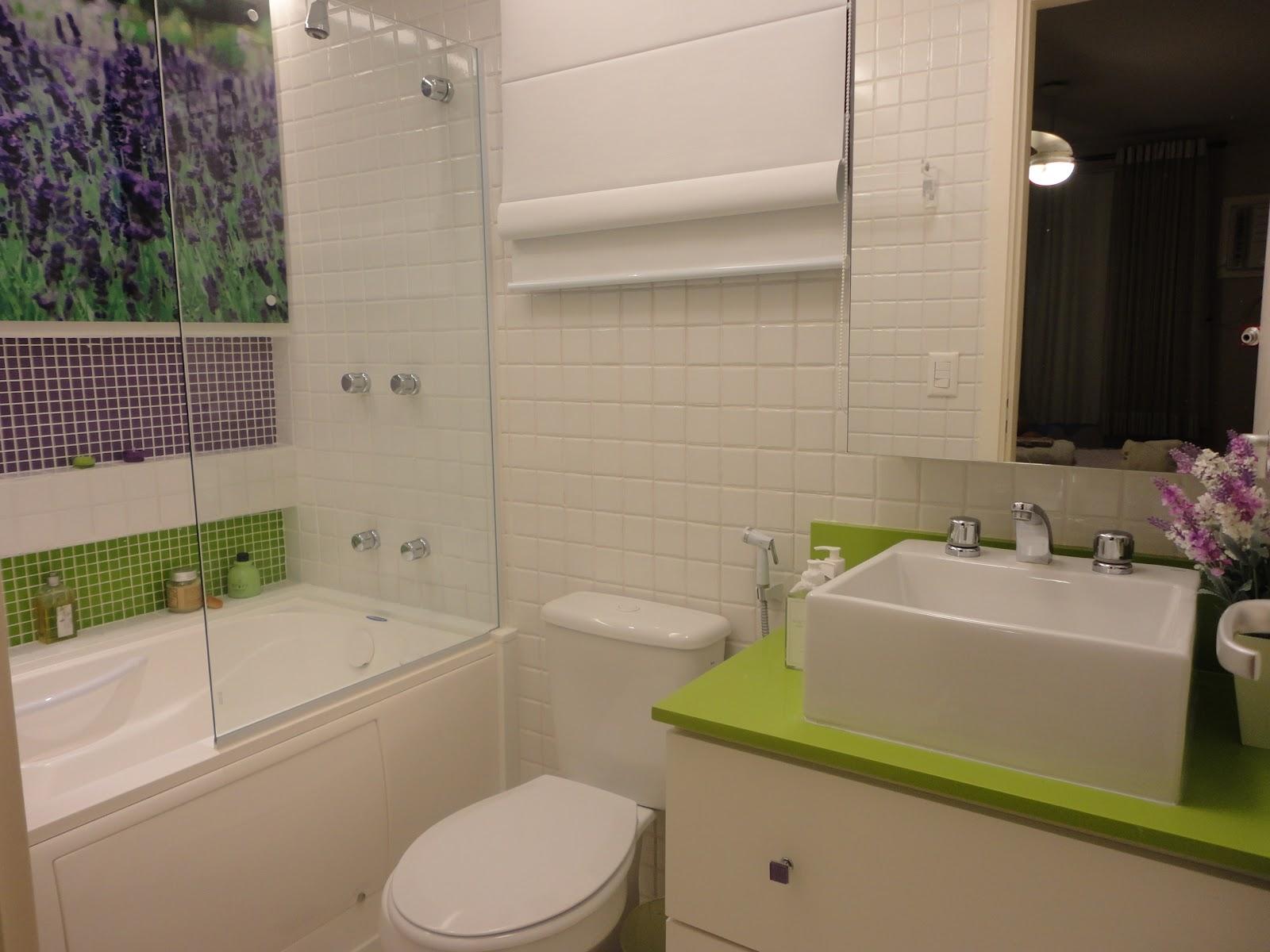armário/espelho é iluminado por trás com fita led. #766F3E 1600x1200 Banheiro Com Banheira Verde