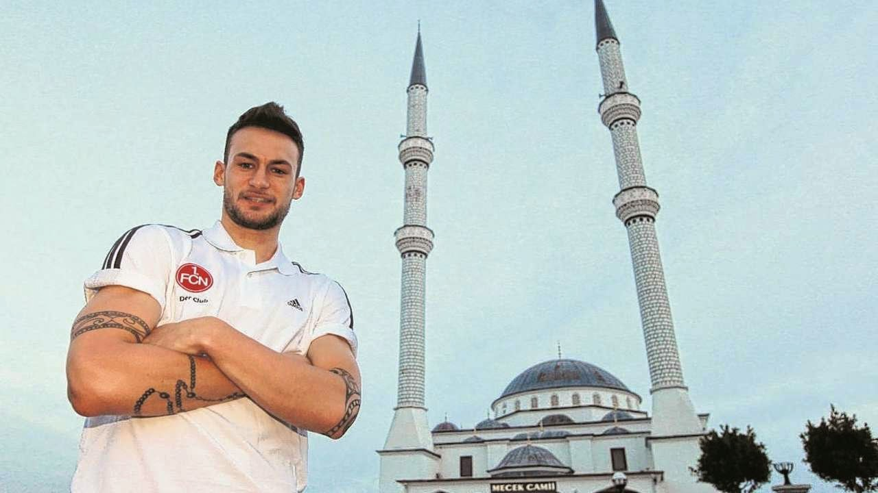 Kisah Danny Blum Pemain Bola Sepak Jerman Memeluk Agama Islam