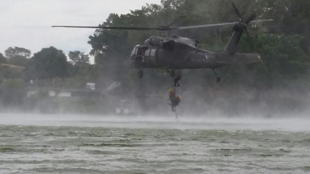 Helicóptero UH-60L Black Hawk de la Fuerza Aérea Colombiana, realizando maniobras de recuperación de personal.