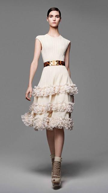 Alexander McQueen, se inspira en la miel y las abejas,  para vestir a una mujer femenina y muy sensual, esta es la propuestas de  primavera verano 2013 7