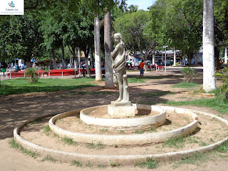 Estátua de inspiração greco-romana na Praça Pe. Cícero.