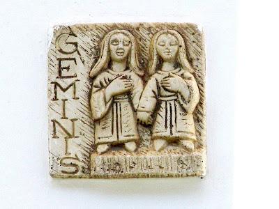 signo geminis tallado en piedra