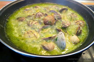 Almejas abriéndose en la sartén con la salsa verde