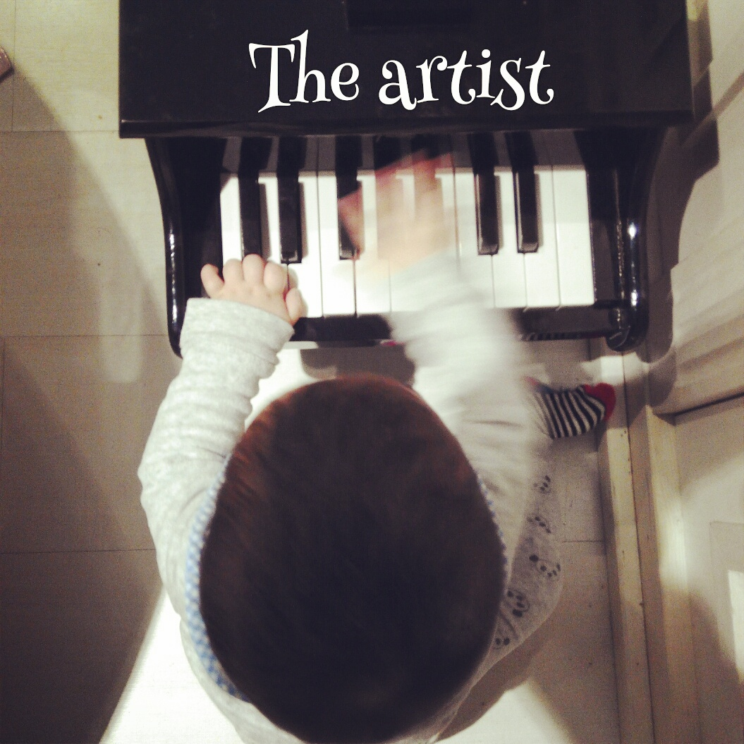baby playing piano in babydeli madrid