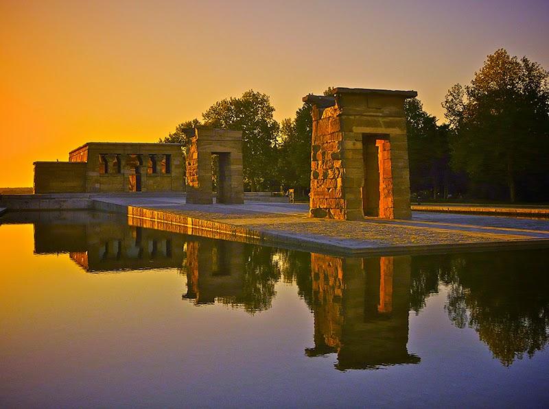 انعكاس المآثر التاريخية على الماء