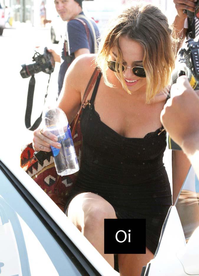 [FOTOS HQ] Miley Cyrus é fotografada sem calcinha ao deixar aula de pilates - 06 de Abril de 2012