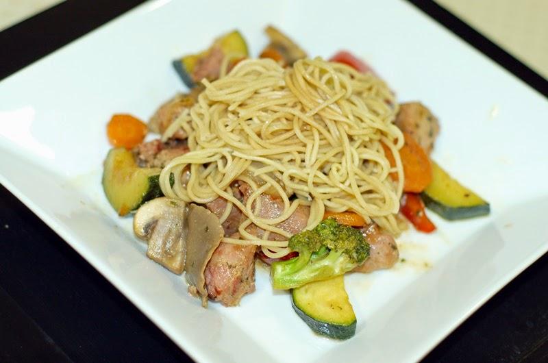 fideos chinos con verdura, pavo y soja