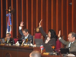 Senadores aprueban proyecto de ley que regula salarios públicos