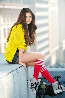 Moda look  Selena Gomez  calçõe ganga e camisola amarela