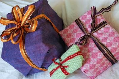 Geschenke in Stoff verpackt