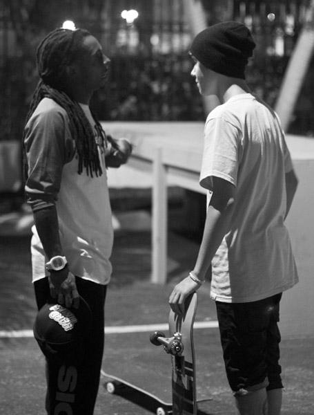 Foto do Justin Bieber e Lil Wayne andando de skate
