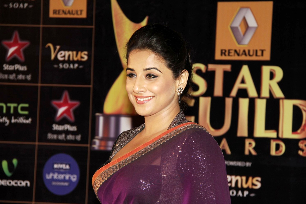 Vidya balan in saree looking gorgeous diva at star guild awards