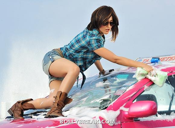 Ileana Car Washing Wallpaper - Devudu Chesina Manushulu  - Ileana Car Washing Hot Pics - Devudu Chesina Manushulu