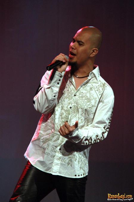 C A C A M E R B A Ahmad Dhani Akhirnya Pakai Baju Putih