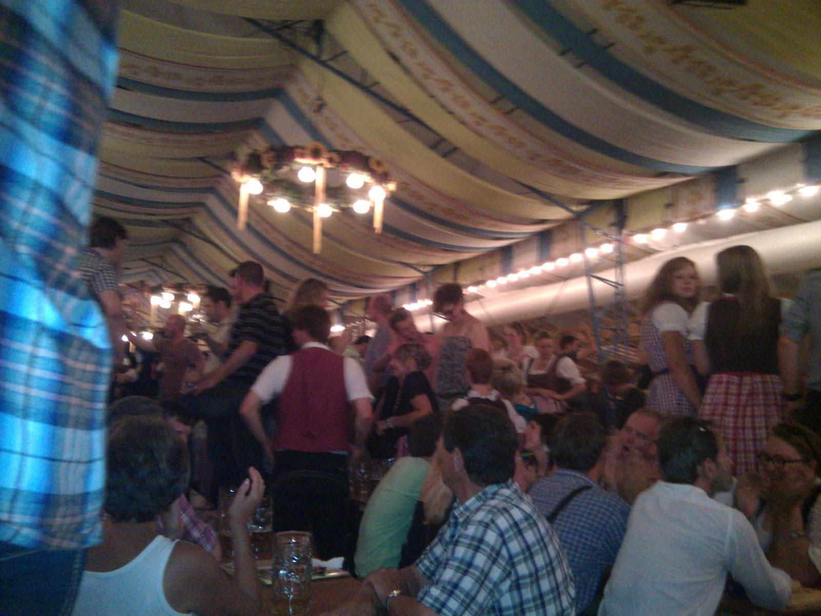 Cerveza vieja un a o en la bundesliga fc augsburg liga for Puerta jakober augsburgo