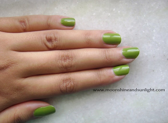 Maybelline Colorshow nail polish in Mint Mojito review and swatch