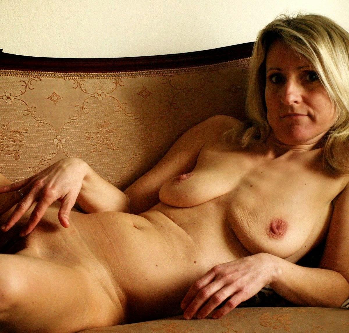 Nackte Tante mit leeren Brüsten