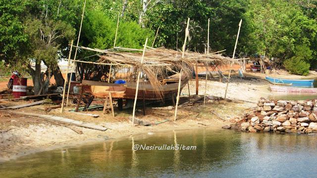Pembuatan kapal kayu di tepi pantai