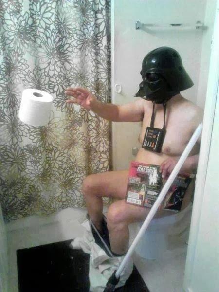 photo humoristique de dark vador utilisant la force pour avoir du papier hygienique