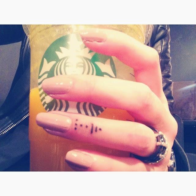 chica con los dedos tatuados 3