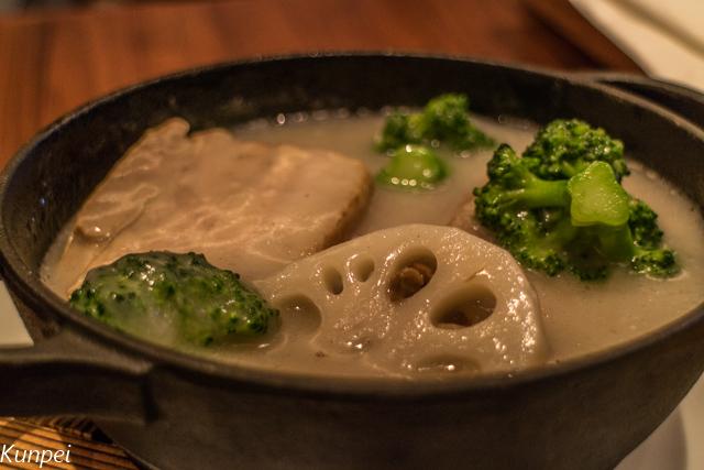 豚の角煮と野菜をスープで煮込んだ料理