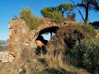 L'estança adossada a la muralla amb una volta de canó, lleugerament apuntada, del Castell de Rosanes