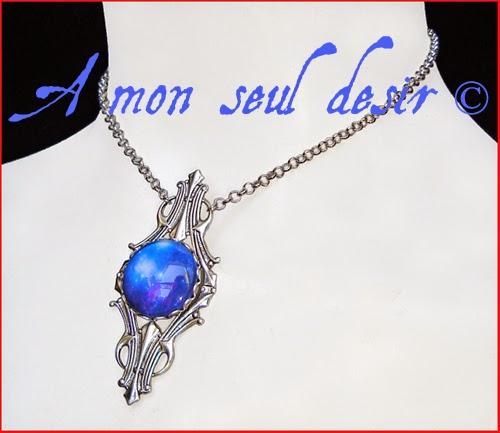 Collier Astre Galaxie Cosmos Nébuleuse Odyssée de l'espace bleu nuit Space Oddity Galaxy blue Necklace