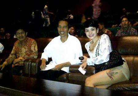 http://3.bp.blogspot.com/-EfOo-jo_7ZM/UDkbIHsVbMI/AAAAAAAABwI/ftEYWww0MIc/s1600/Jokowi-Nikita-Hot.jpg
