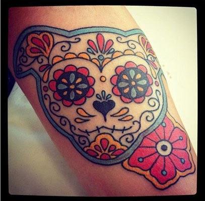 Tatuagem de cachorro estilo caveira mexicana