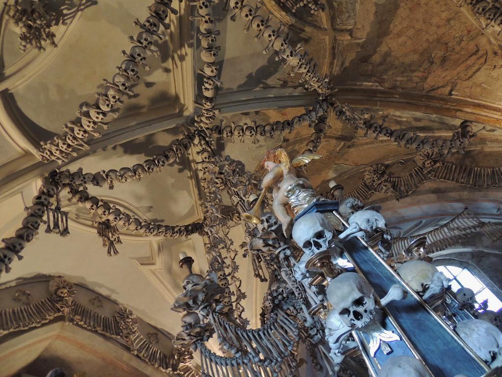 セドレツ納骨堂のシャンデリア