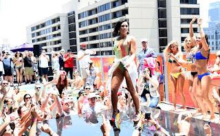 ديمي لوفاتو تشعل الجو في حفلتها في حمام سباحة في لوس انجلوس