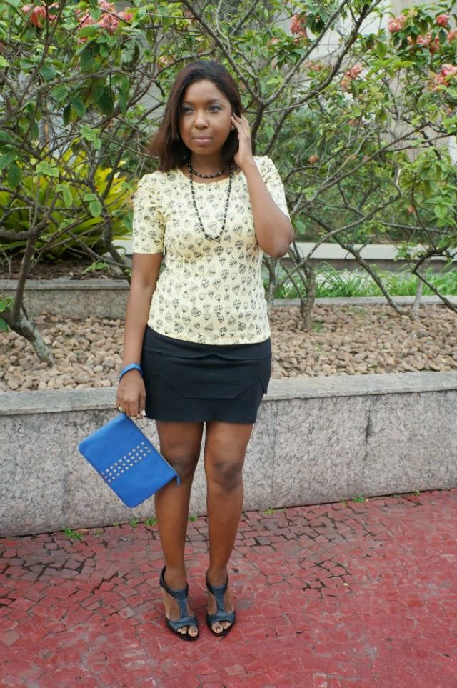 Look-black-baloons-blusa-amarela-saia-preta-assimetrica-summer-boot-salto-clutch-azul-tachinhas-9