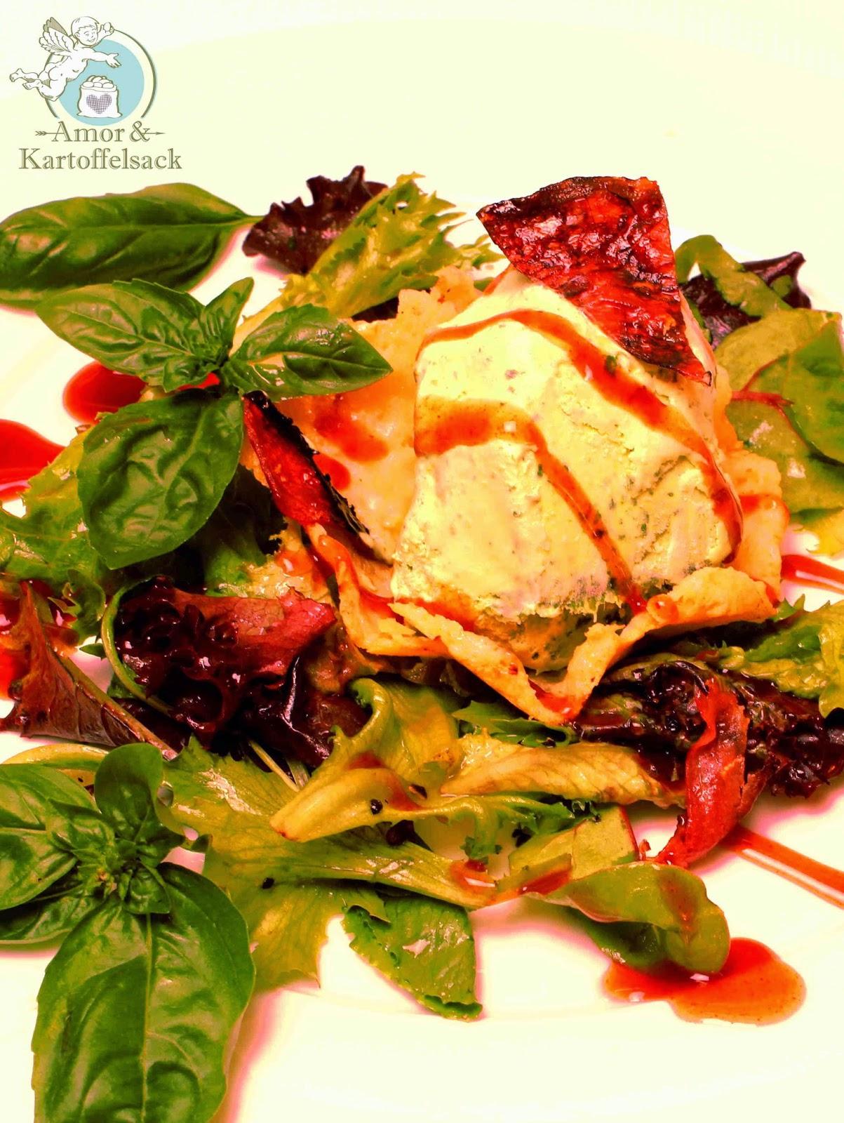 Parmesankörbchen mit Sommersalat