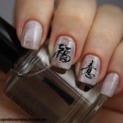 uñas con letras chinas con tatuajes transferibles
