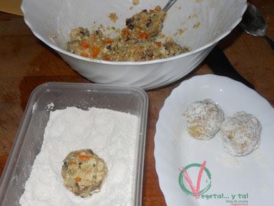 Hacer bolas de masa y rebozar en harina.