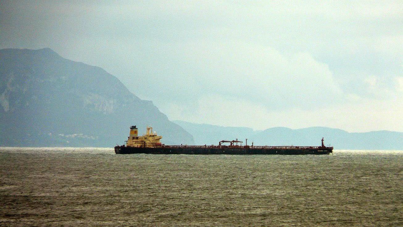 barco mercante en el abra de bilbao