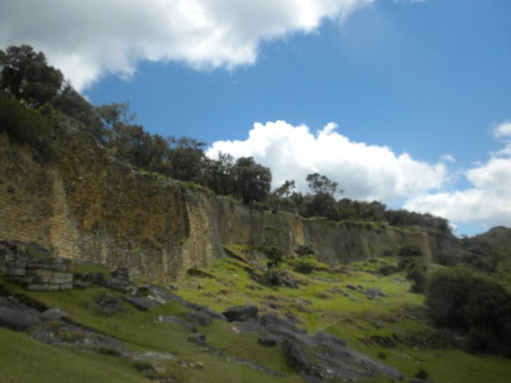 CIUDAD FORTIFICADA DE KUÉLAP (20 M) CULTURA CHACHAPOYAS (AÑO 1000)